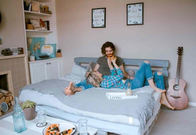 家のソファで寛いでのんびり大晦日を過ごすカップル