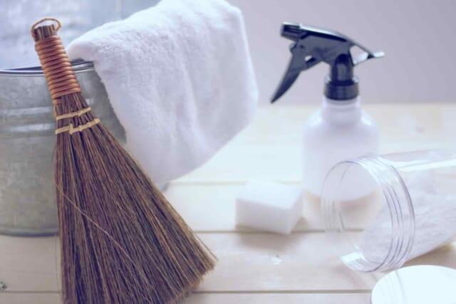 大晦日に部屋を一緒に大掃除をするカップル
