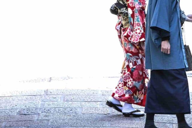 楽しそうに初詣に向かう着物を着たカップル