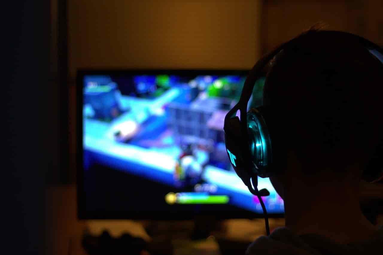 年始の休暇をパソコンゲームに没頭している男性