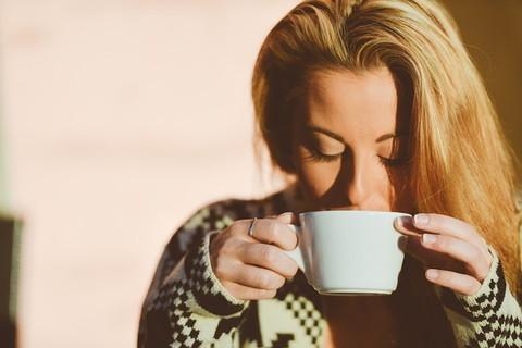あったかい白湯を飲んで体を温めている女性