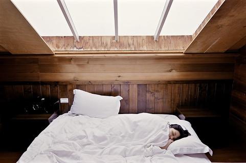 暖かいベッドでゆっくり眠る女性