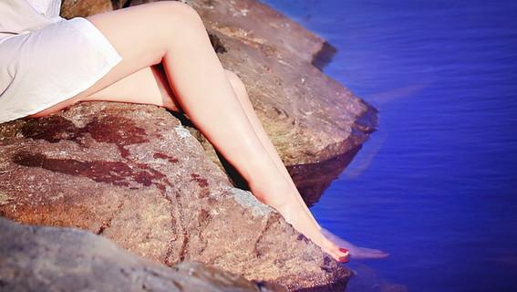 ムダ毛のないキレイな女性の脚