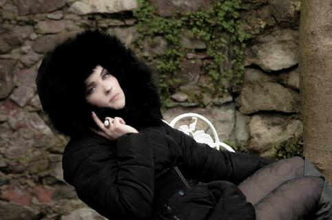 ゴージャスな黒いファーのコートを着た女子力の高そうな女性