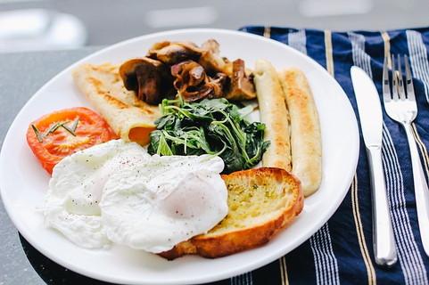野菜に卵にパンに肉類と栄養バランスの整った朝食