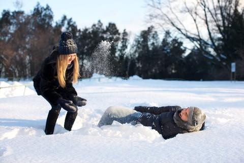 雪の中で楽しそうに遊んでいる仲のよさそうなカップル
