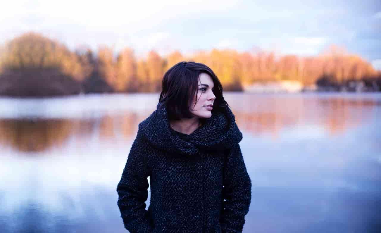 恋人と喧嘩をしてしまった怒りを静めるために一人湖を眺めている女性