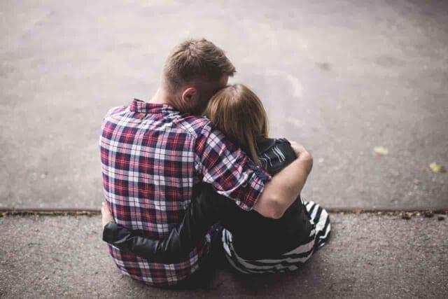 仲直りをするために喧嘩の原因になってしまったことをしっかり話し合い理解しあうカップル