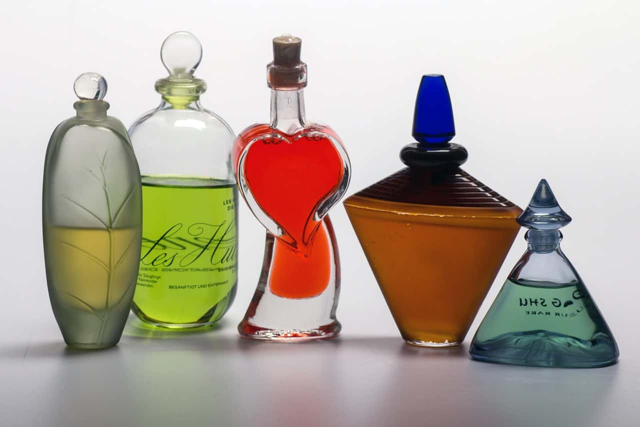 様々なボトルのデザインのオシャレな香水