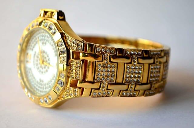 ダイヤモンドのちりばめられた金でできた高級感極まりない腕時計