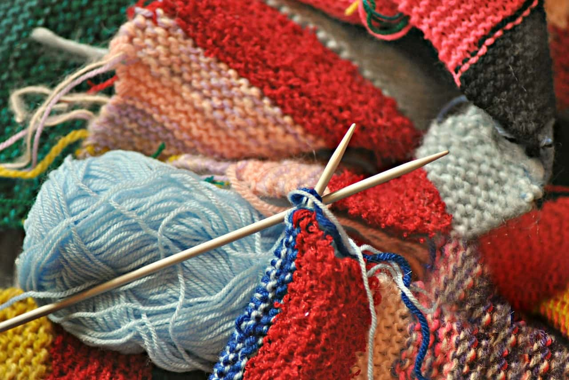 色のバランスが悪く網目の揃っていない手編みのマフラー