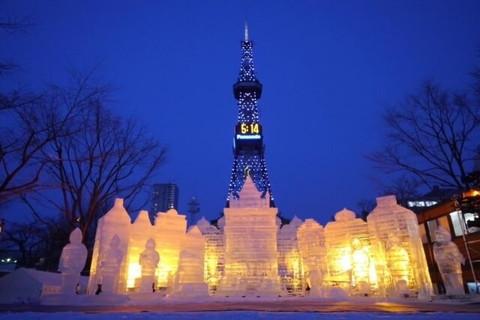 さっぽろ雪まつりに展示されているライトアップされた大きな雪像