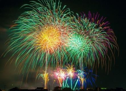 冬の夜空に打ち上げられた色鮮やかな沢山の花火