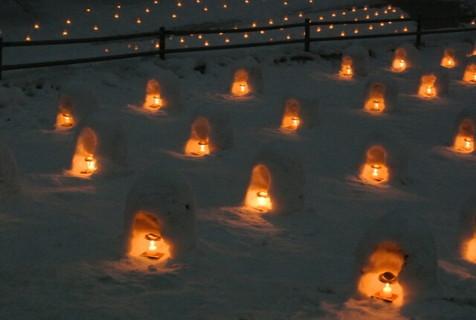 灯りの灯ったミニかまくら数百体の幻想的な雪景色