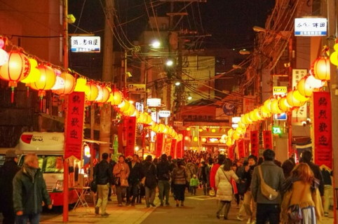 沢山のランタンが所狭しと飾りつけられ極彩色に染まる幻想的な街並み