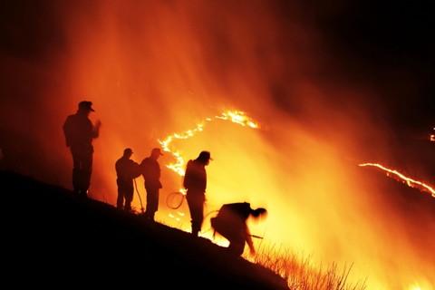日本の伝統行事山焼きのために火の放たれた真っ赤に燃える山