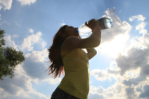 思いっきりお水を飲んで水分補給をする女性