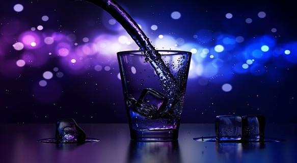 潤ったカップに注がれる水