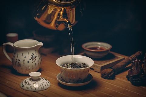 磁器の茶碗に注がれる暖かいお茶