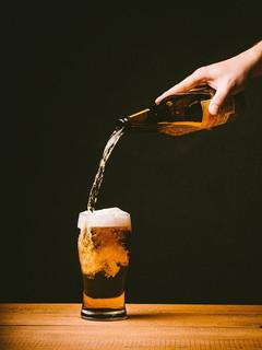美味しそうにグラスに注がれるビール
