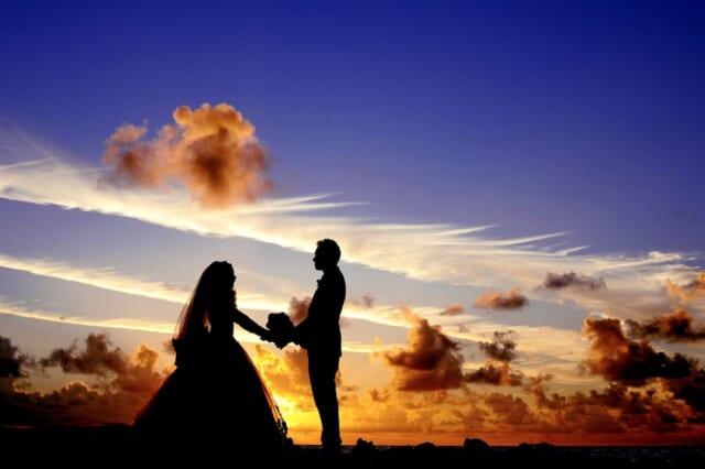 念願叶って素敵な男性に巡り会えた恋愛未経験だったアラサー女性が恋人からブーケを手渡されているロマンチックな風景