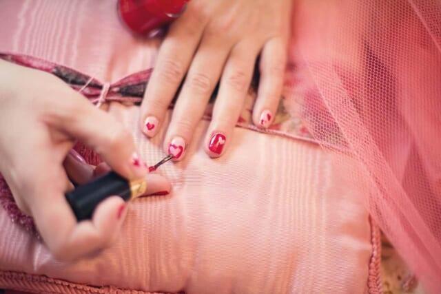 バレンタインデートに向けてかわいいネイルを準備している女性