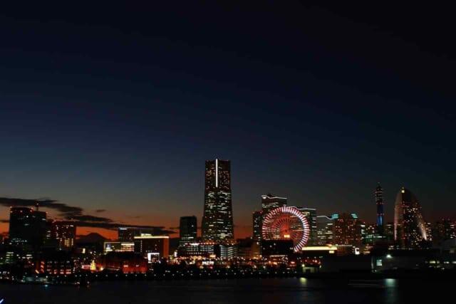 綺麗な夜景の見えるラウンジでバレンタインデートを楽しむカップル
