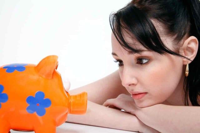 脇目も触れず大好きな男性の欲しがっているものを購入してあげようと貯金に勤しむ女性