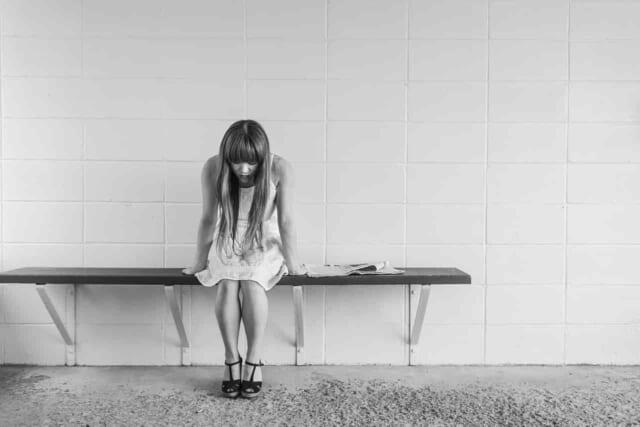 魅力の無い自分は恋人に捨てられてしまうのではないかと自分自身に自信がなく不安を抱えている女性