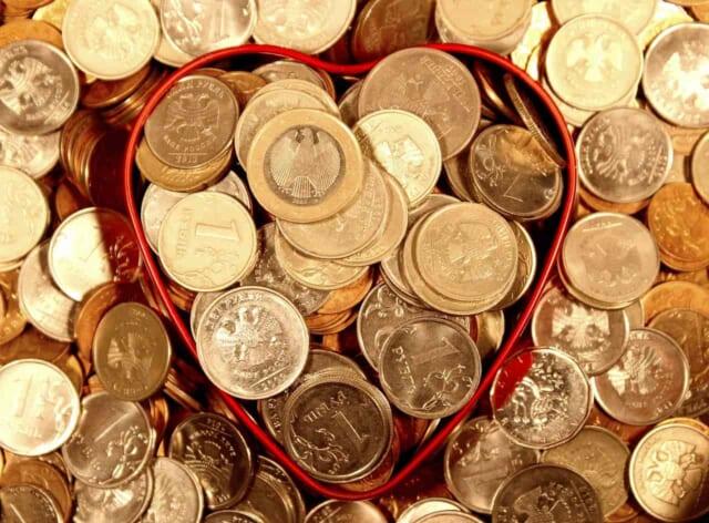 彼につかった金額で自分の愛情を計るかのようにハートの中にお金が詰まっている女性