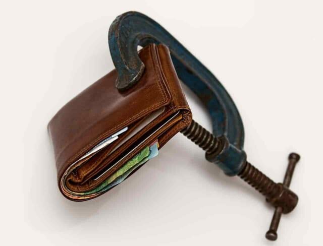 金づる女を卒業しようとお財布を万力でがっちり挟み中身を取れなくしてしまっている女性
