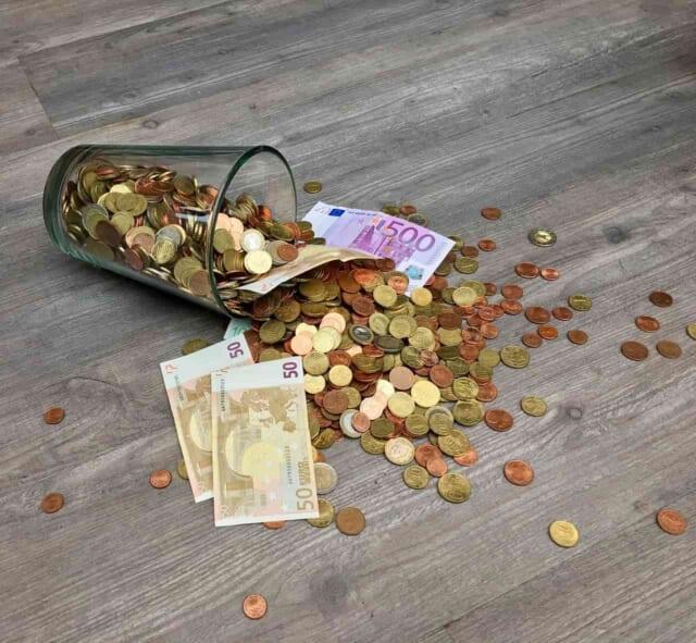 大好きな彼のために沢山のお金をつかってしまってもうカップに入っている小銭しか残っていない女性