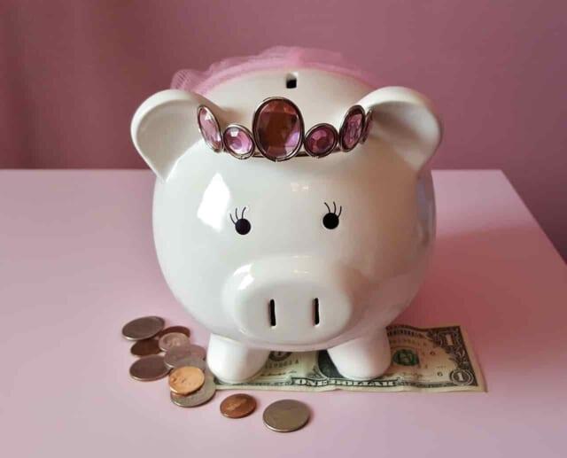 金づるにされていた男性から開放されて新しい恋人と一緒に幸せ貯金をがんばる女性とかわいい貯金箱