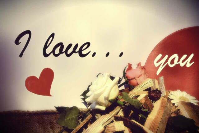 バレンタインに好きな人に伝えたいILOVEYOUに添えられた赤いハートとバラの花
