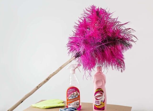 年始の忙しさから散らかり始めた部屋を掃除するカップル