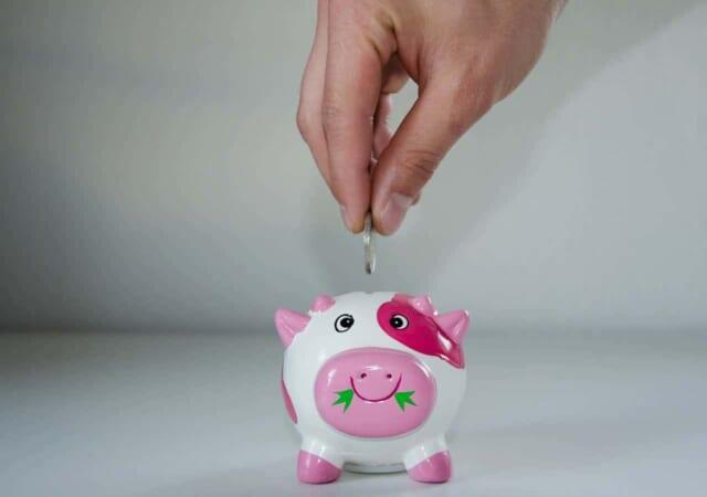 省エネデートをして節約できたお金を次のデートのために貯金するカップル