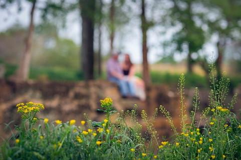 暖かくなり花も咲きはじめた春先にお付き合いを始めて幸せそうなカップル
