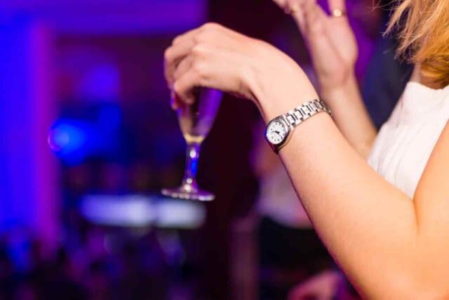 お酒を飲むと酔っ払って醜態をさらし男性を引かせてしまう合コンに誘われない女性