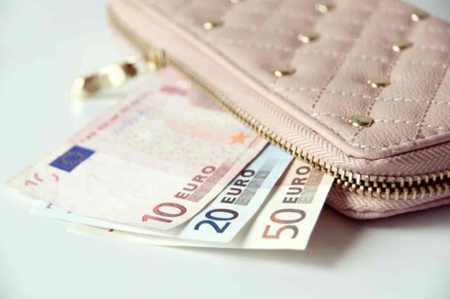 お財布をチラつかせるだけで支払する気は全くない女性