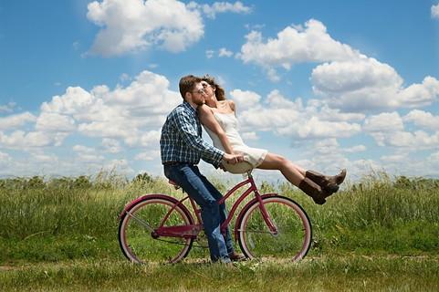 恋愛運があがる行動を続けたお陰で恋人が出来て幸せそうにしているカップル