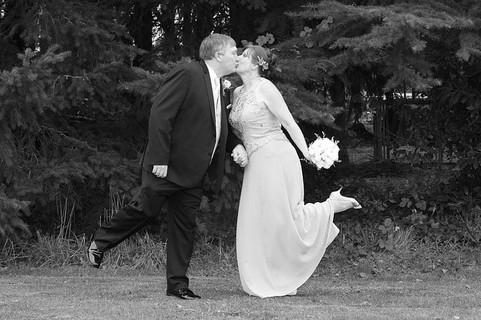 この春からの新しい生活ですぐに恋人が出来て結婚してしまった幸せそうなカップル