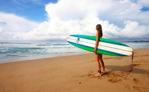 自分の趣味はサーフィンだけど男性の趣味にも興味を持って話をしている女性