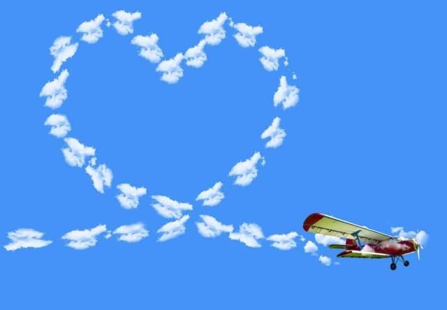 頼りになる男性になってモテるようになった男性の目に映るハートの形の飛行機雲