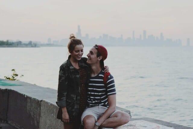 片思いの女性を誘って楽しくデートすることを夢見ている男性