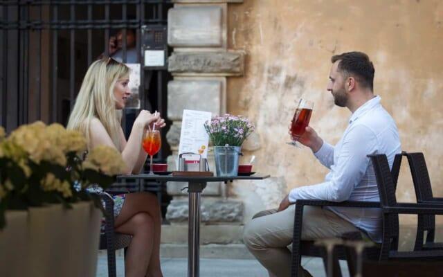 気になる女性に積極的にデートに誘う男性