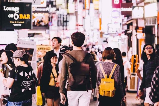 すれ違う人ともしかしたら恋をするかもしれないと意識して街を歩いている40代男性