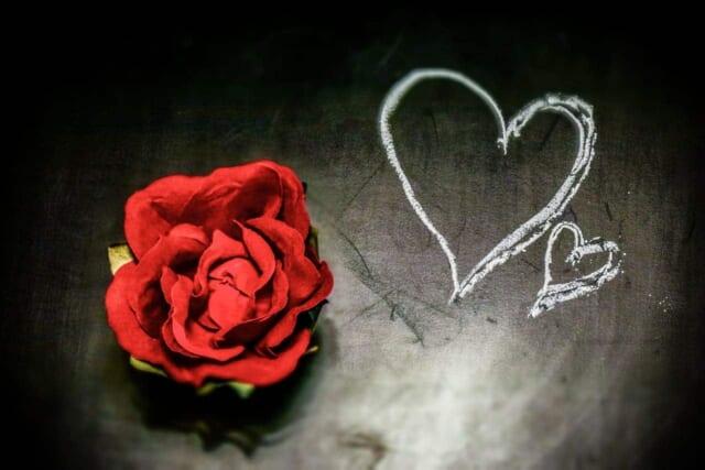 恋をすることにポジティブになったアラフォー男性の気持ちを表すような真っ赤なバラとハート