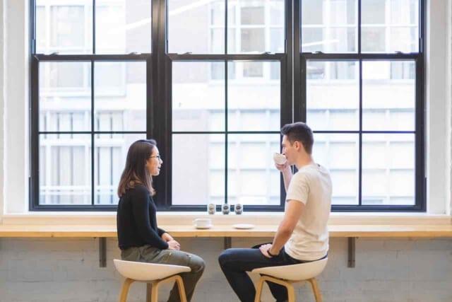 女性との会話を弾ませようと真剣に女性の話しを聞く男性