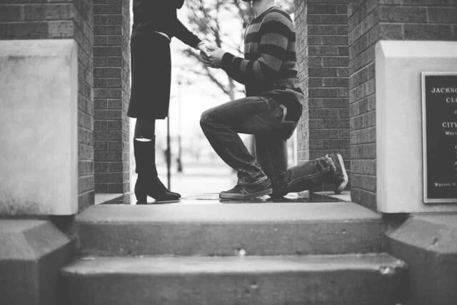 3回目のデートで親密になった女性に告白しようとしている男性