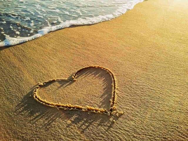 3回目のデートに訪れたカップルが砂浜に書いた告白のメッセージ